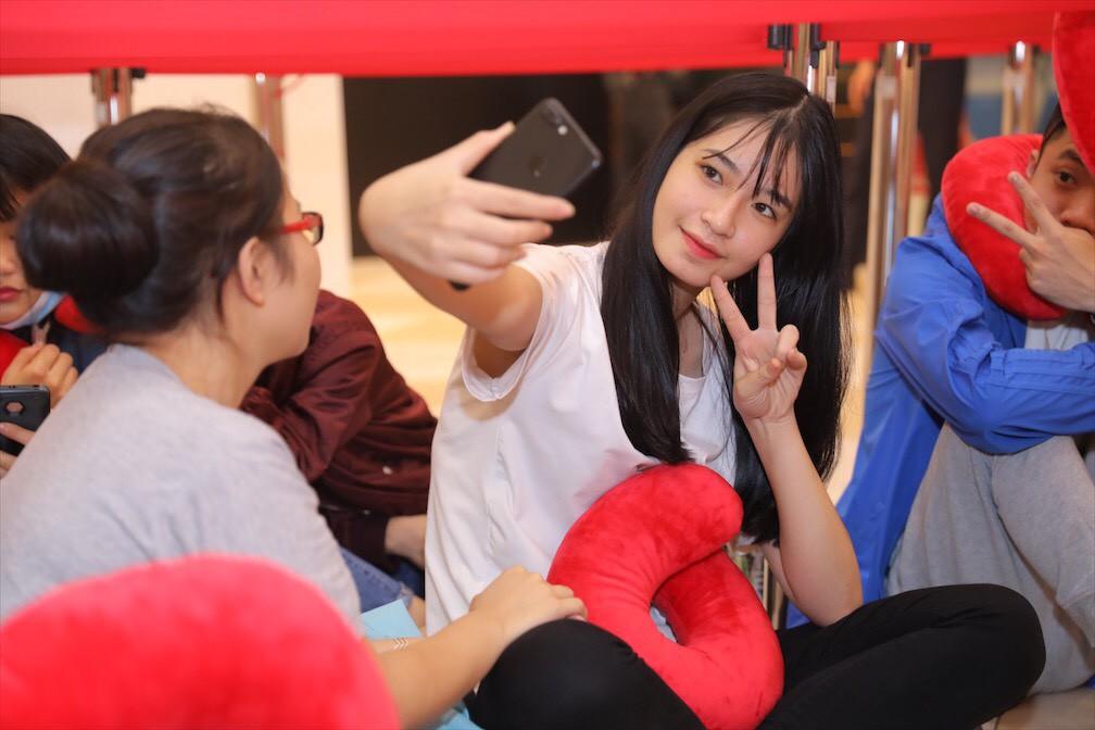 Khai trương H&M Hà Nội: Có hơn 2.000 người đổ về, các bạn trẻ vẫn phải xếp hàng dài chờ được vào mua sắm - Ảnh 40.