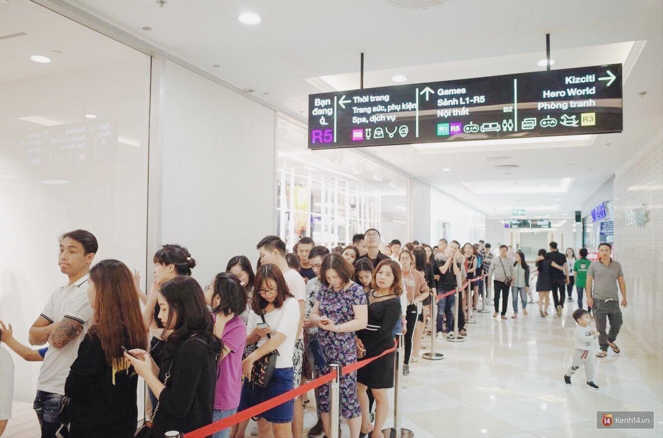 Sau ngày khai trương, store H&M Hà Nội bớt đông đúc nhưng khách vẫn xếp hàng dài chờ vào mua sắm - Ảnh 8.