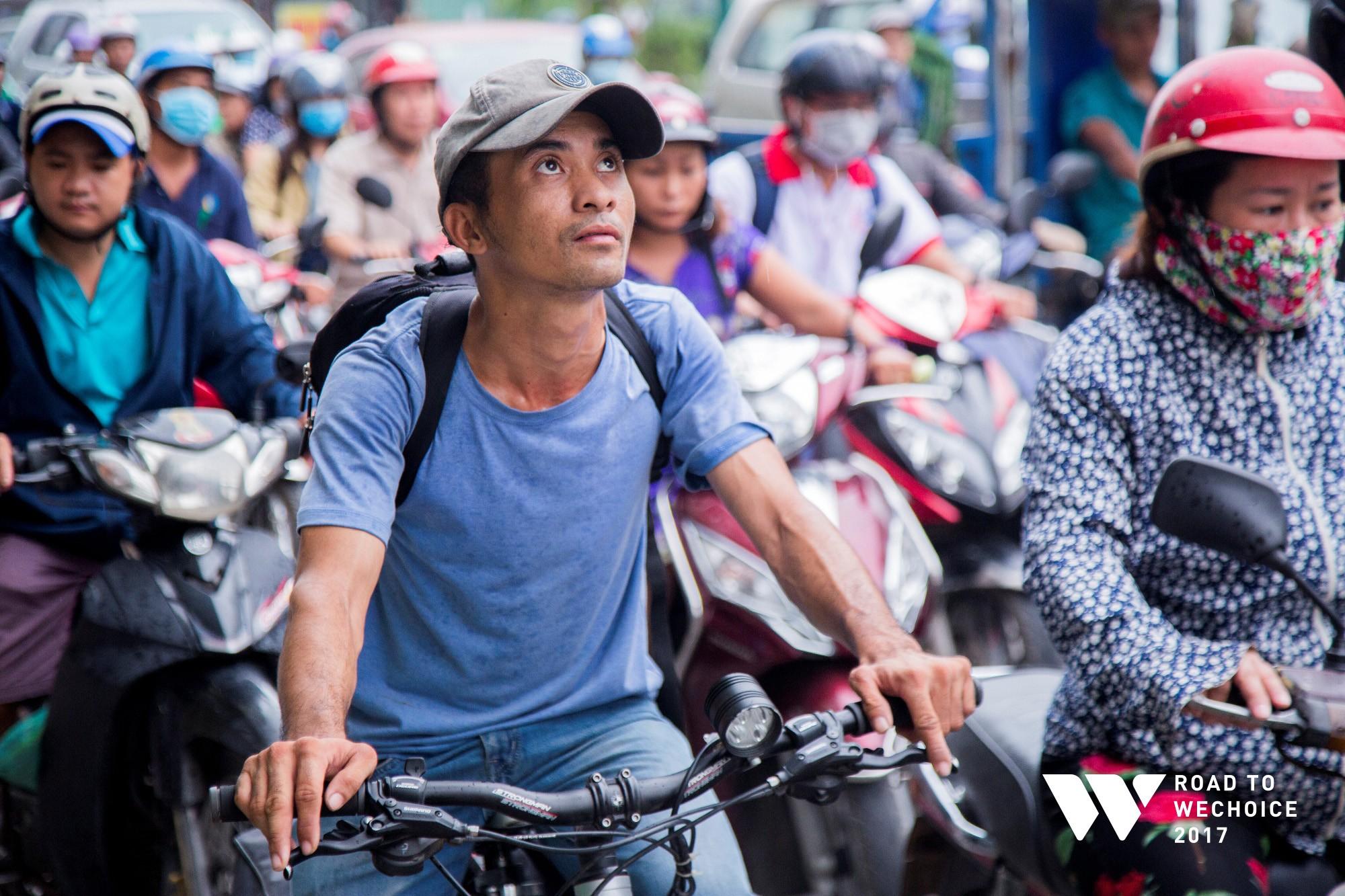 """Chuyện đời """"cũng bình thường thôi"""" của chàng shipper khuyết tật miệt mài đạp xe giao hàng khắp Sài Gòn - Ảnh 2."""