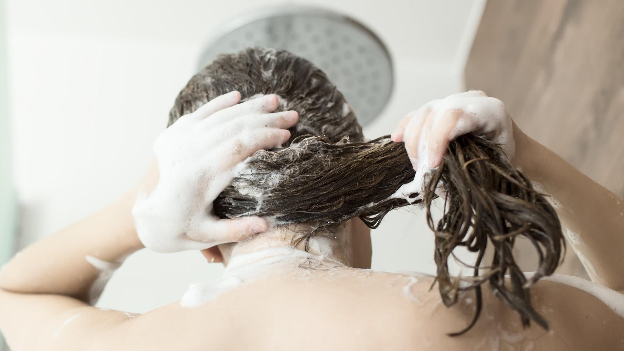Tuổi dậy thì cần tránh những điều này để giảm bớt tình trạng tóc rụng suốt ngày - Ảnh 2.