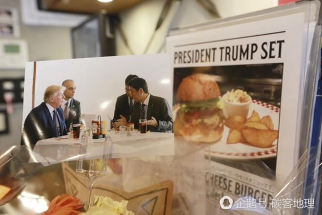 Tương tự hiện tượng bún chả Obama ở Việt Nam, người Nhật đang nô nức xếp hàng đi ăn burger Tổng thống Trump - Ảnh 1.
