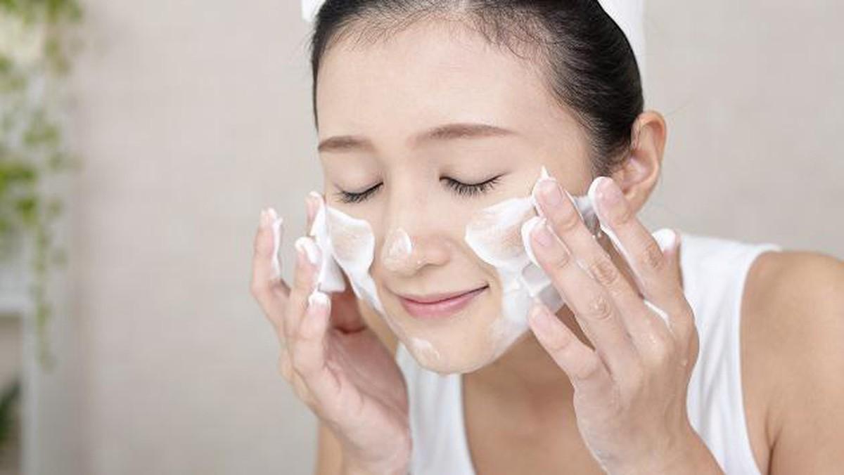Những thói quen rửa mặt sai cách khiến làn da con gái xuống cấp nhanh chóng - Ảnh 3.