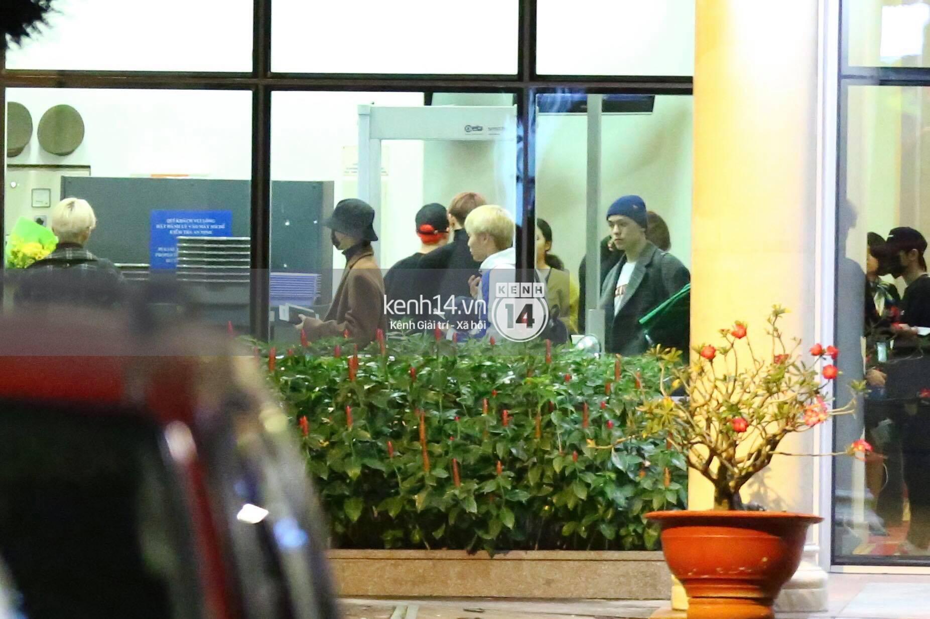 Hình ảnh đối lập: Kết thúc MAMA, Samuel khí thế vẫy tay chào fan Việt, Wanna One ngủ say mặc kệ người hâm mộ - Ảnh 17.