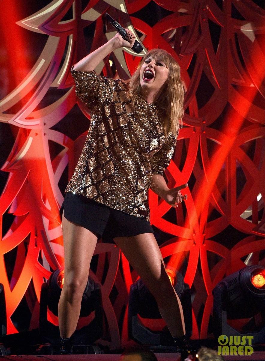 Liên tục lên sân khấu với trang phục vừa lôi thôi vừa dìm dáng, chuyện gì đã xảy ra với Taylor Swift luôn đẹp vậy? - Ảnh 4.