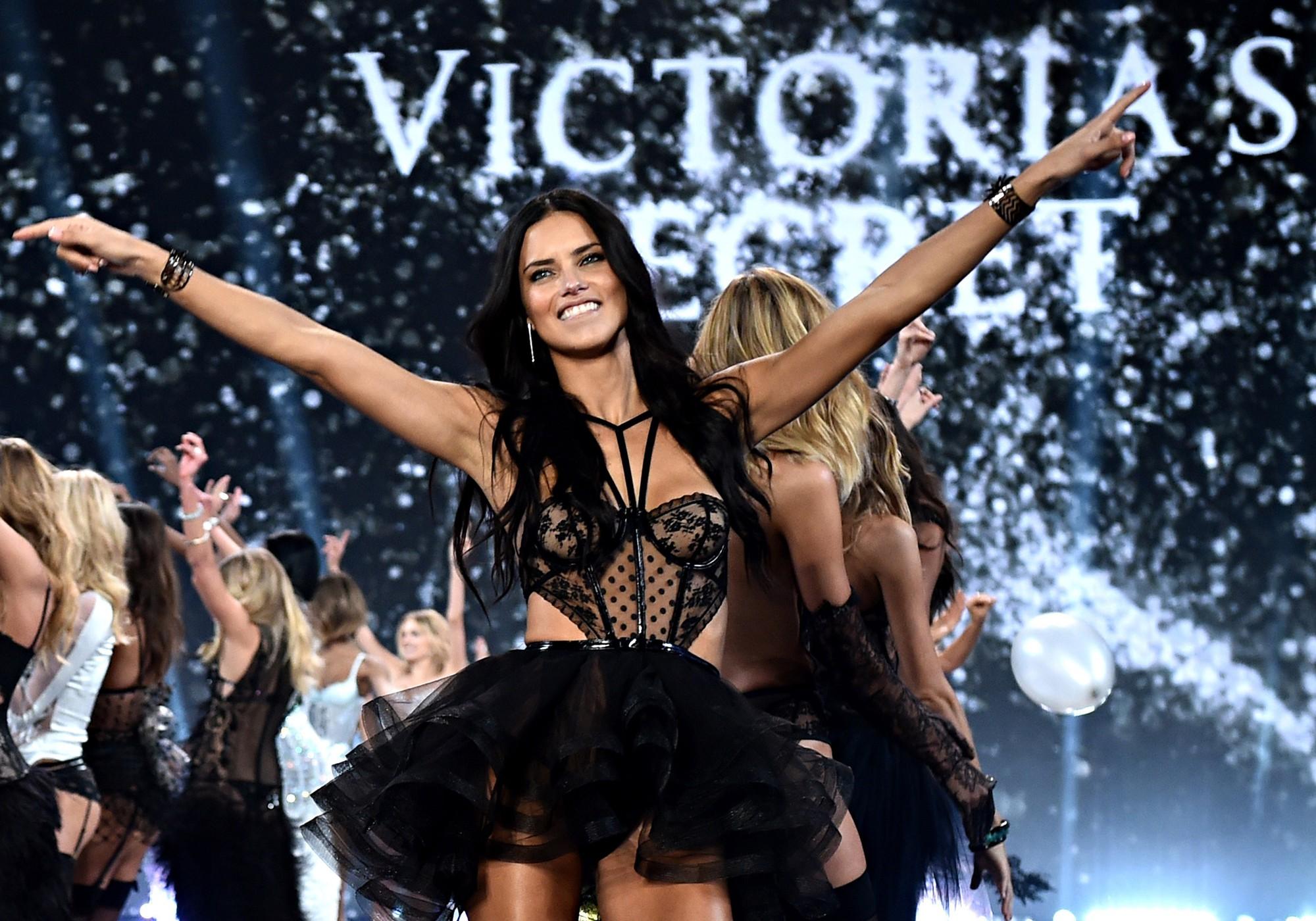 Bỏ theo dõi Instagram của Victoria's Secret cùng hàng loạt thiên thần, chị Đại Adriana Lima ẩn ý việc rời hãng? - Ảnh 6.