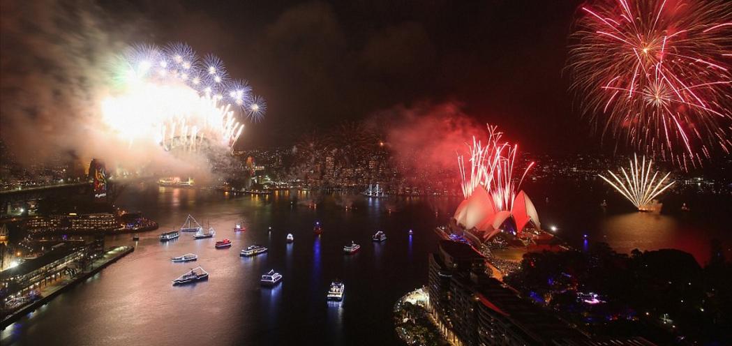 Bầu trời Úc rực rỡ thời khắc Giao thừa: Pháo hoa Cầu vồng ăn mừng nước Úc hợp pháp hôn nhân đồng giới - Ảnh 2.