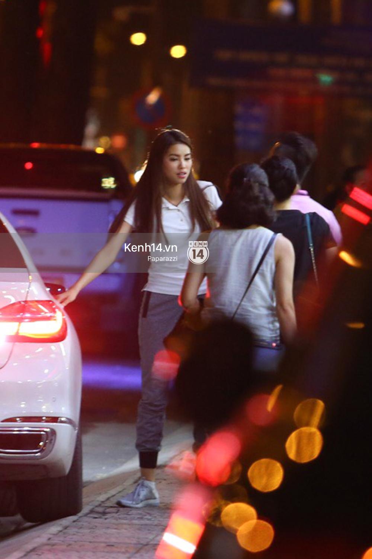 Phạm Hương thoải mái đi ăn, hát karaoke với bạn sau khi cửa hàng bị tạt sơn - Ảnh 10.