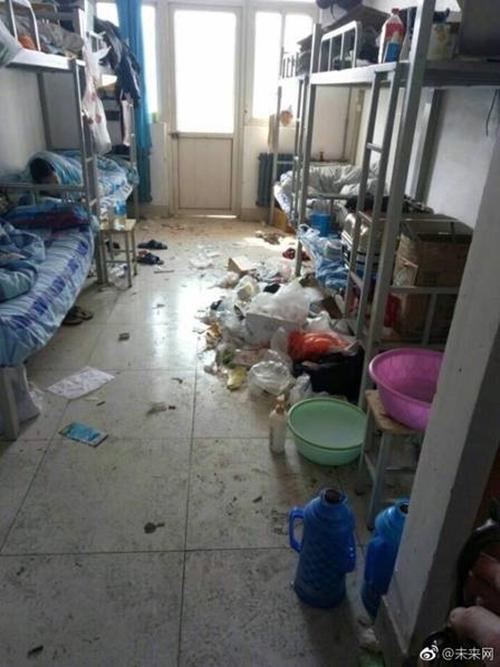 Những căn phòng ký túc bẩn còn hơn cả bãi rác của sinh viên Trung Quốc khiến nhiều người hoảng hồn - Ảnh 1.