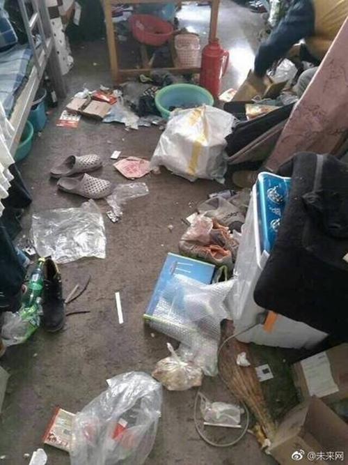 Những căn phòng ký túc bẩn còn hơn cả bãi rác của sinh viên Trung Quốc khiến nhiều người hoảng hồn - Ảnh 3.