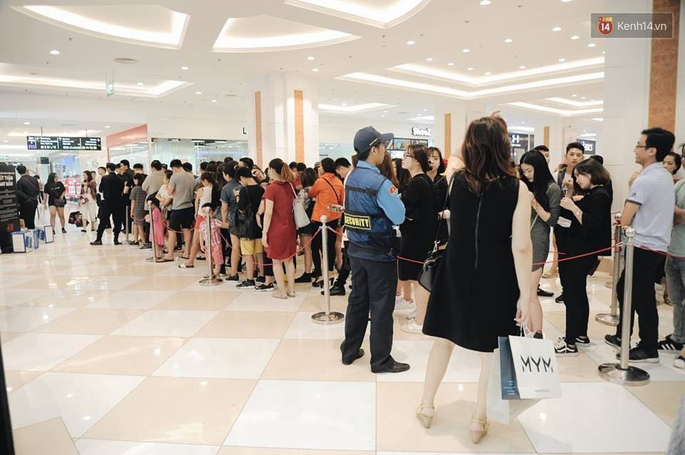 Khai trương H&M Hà Nội: Có hơn 2.000 người đổ về, các bạn trẻ vẫn phải xếp hàng dài chờ được vào mua sắm - Ảnh 33.
