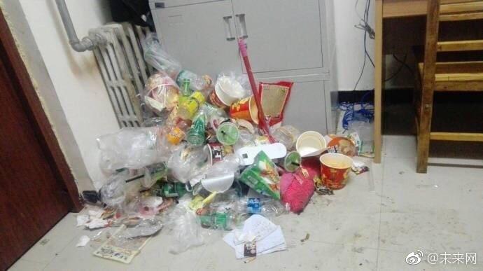 Những căn phòng ký túc bẩn còn hơn cả bãi rác của sinh viên Trung Quốc khiến nhiều người hoảng hồn - Ảnh 19.