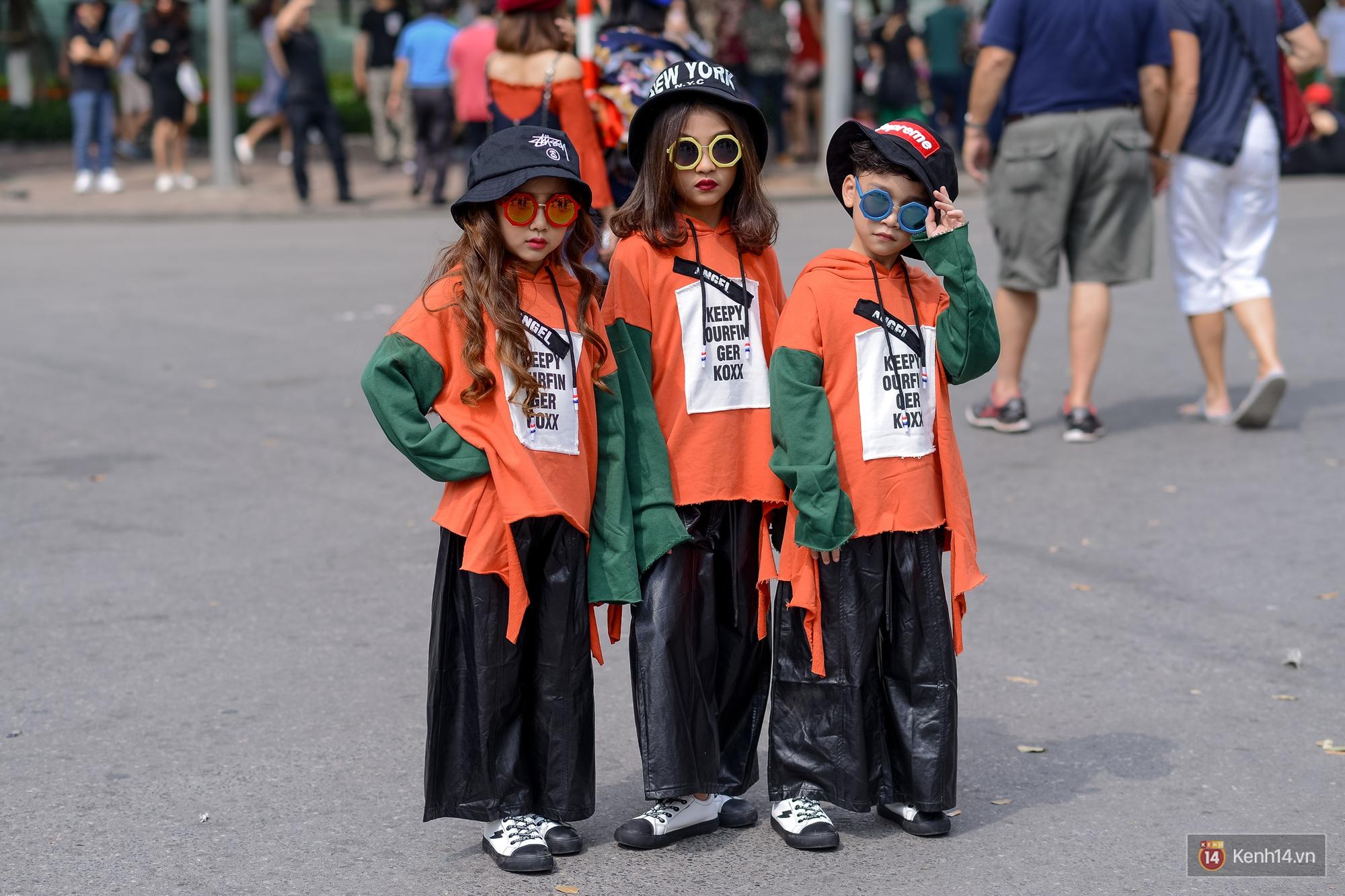Street style ngày đầu VIFW: Giới trẻ Hà Nội ăn vận lồng lộn hơn hẳn năm trước, các nhóc tì mặc chất gây bão phố đi bộ - Ảnh 23.