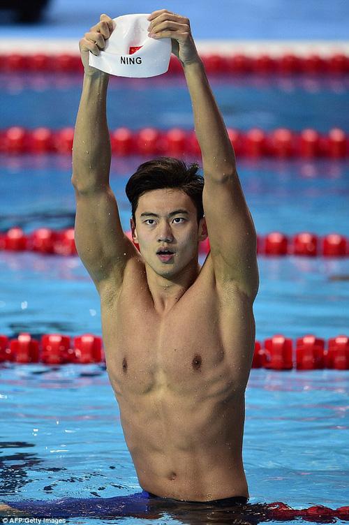 Nam thần bơi lội Ninh Trạch Đào chói sáng hết phần cô dâu chú rể ở tiệc cưới - Ảnh 6.