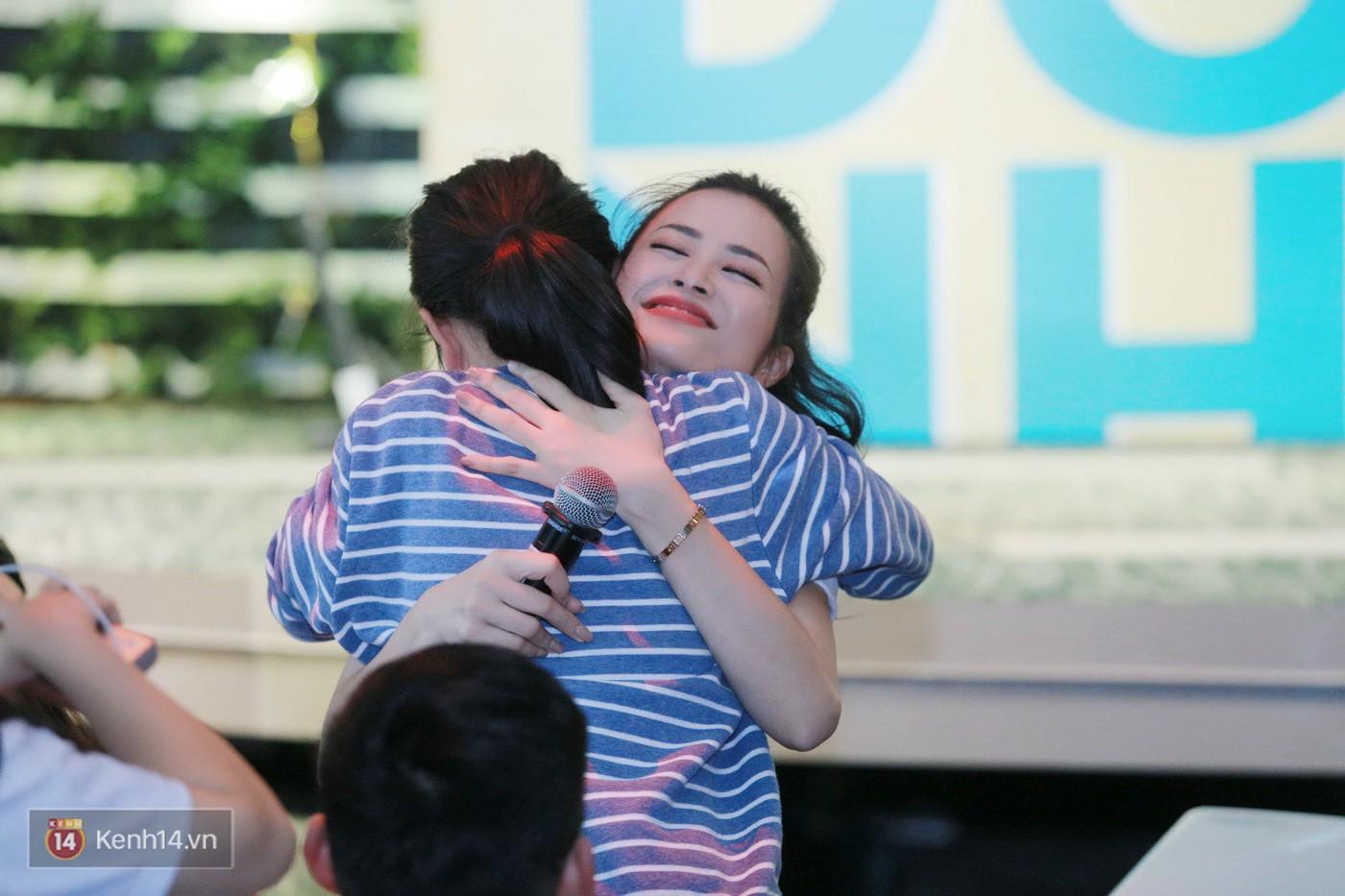 Đông Nhi nghẹn ngào rơi nước mắt trước tình cảm của fan Hà thành trong buổi fan-meeting - Ảnh 7.