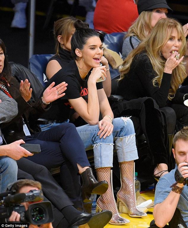 Kendall Jenner xuất hiện xinh đẹp bên bạn trai cũ sau nghi vấn hẹn hò tay 4 - Ảnh 4.
