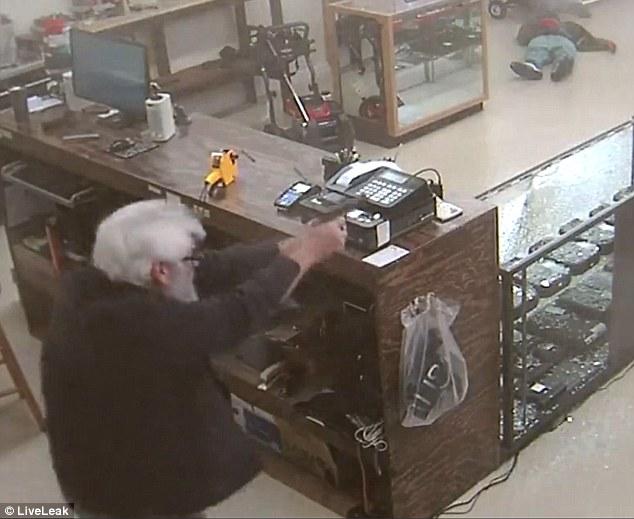 Đi ăn cướp bất thành, kẻ tấn công xấu số còn bị chủ cửa hàng