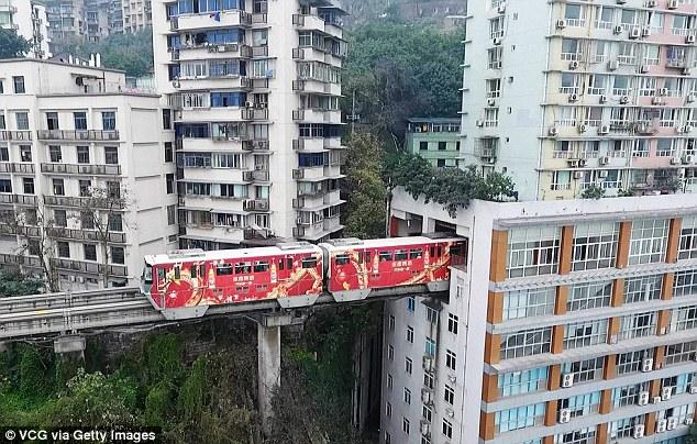 Đặt chân lên chuyến tàu đặc biệt để trải nghiệm cảm giác chạy xuyên qua tòa nhà cao tầng ở Trung Quốc - Ảnh 3.