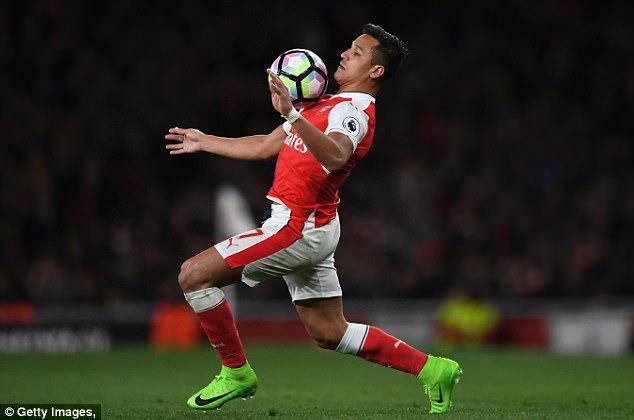 Ibrahimovic, Kante vào danh sách rút gọn Cầu thủ hay nhất Ngoại hạng Anh - Ảnh 3.
