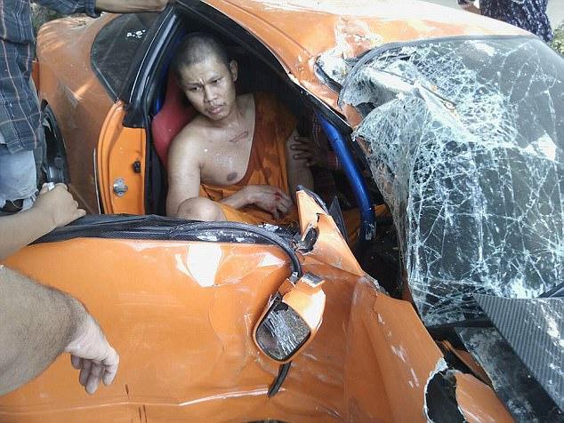 Mượn siêu xe như trong Fast and Furious của bạn lái thử, sư thầy Thái Lan gây tai nạn nghiêm trọng - Ảnh 1.