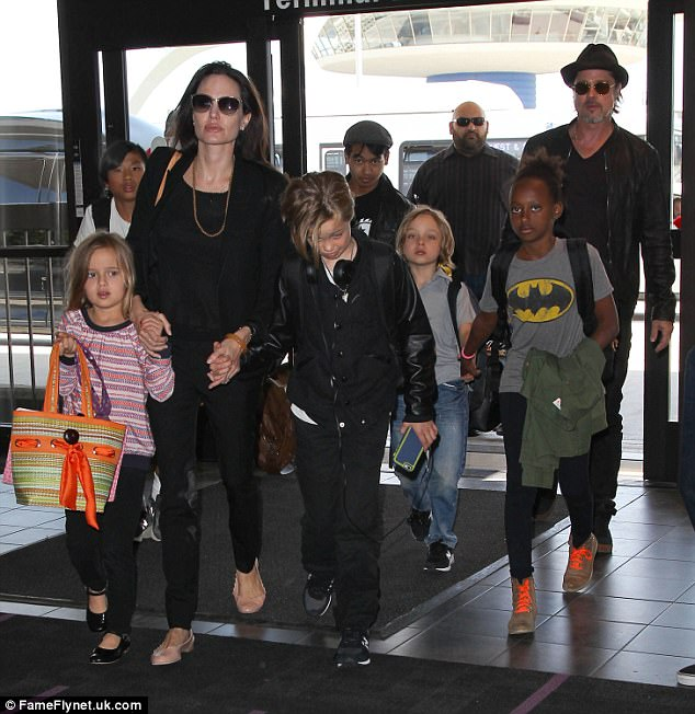 Chi tiết chuyến bay kết thúc cuộc hôn nhân Jolie-Pitt: Angelina phải yêu cầu Brad tỉnh rượu và cách ly các con - Ảnh 3.