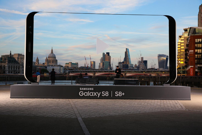 Samsung chơi trội dựng hẳn biển quảng cáo hình Galaxy S8 dài tới 7 mét - Ảnh 1.