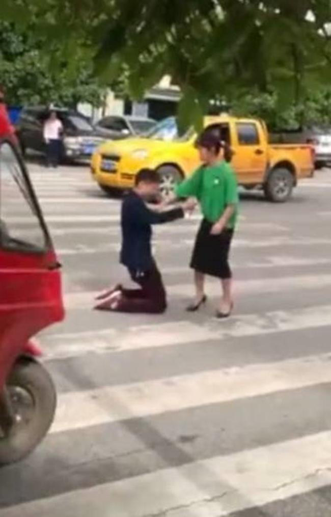 Không muốn bị vợ bỏ, người chồng trẻ quỳ gối giữa đường rồi tự lấy dao đâm vào bụng để xin tha thứ - Ảnh 2.