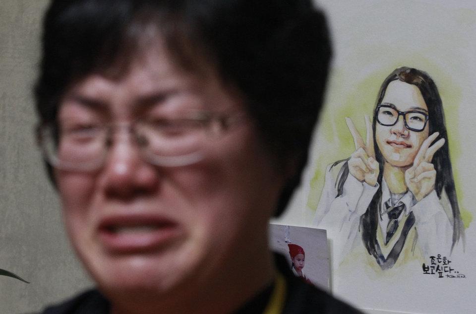 Tìm thấy thi thể nữ sinh 17 tuổi trong bi kịch chìm phà Sewol, số người mất tích giảm xuống 8 - Ảnh 3.