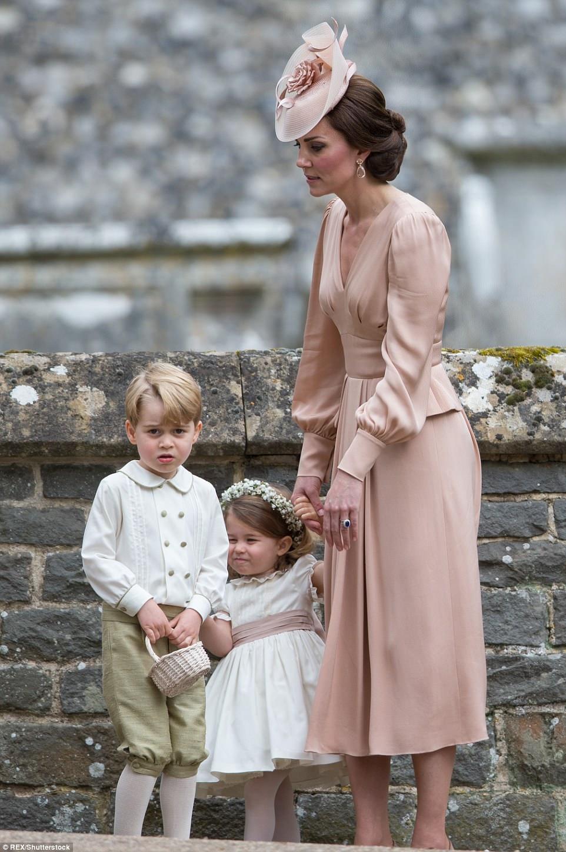 Hoàng tử nhí Anh Quốc bị mẹ mắng trong lễ cưới của dì ruột, vừa đi vừa khóc tu tu - Ảnh 8.