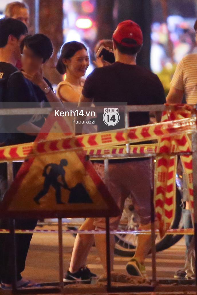 Nữ thần sắc đẹp thế hệ mới Jung Chae Yeon thoải mái đi mua sắm và ăn kem ở trung tâm thương mại đông người tại Việt Nam - Ảnh 4.