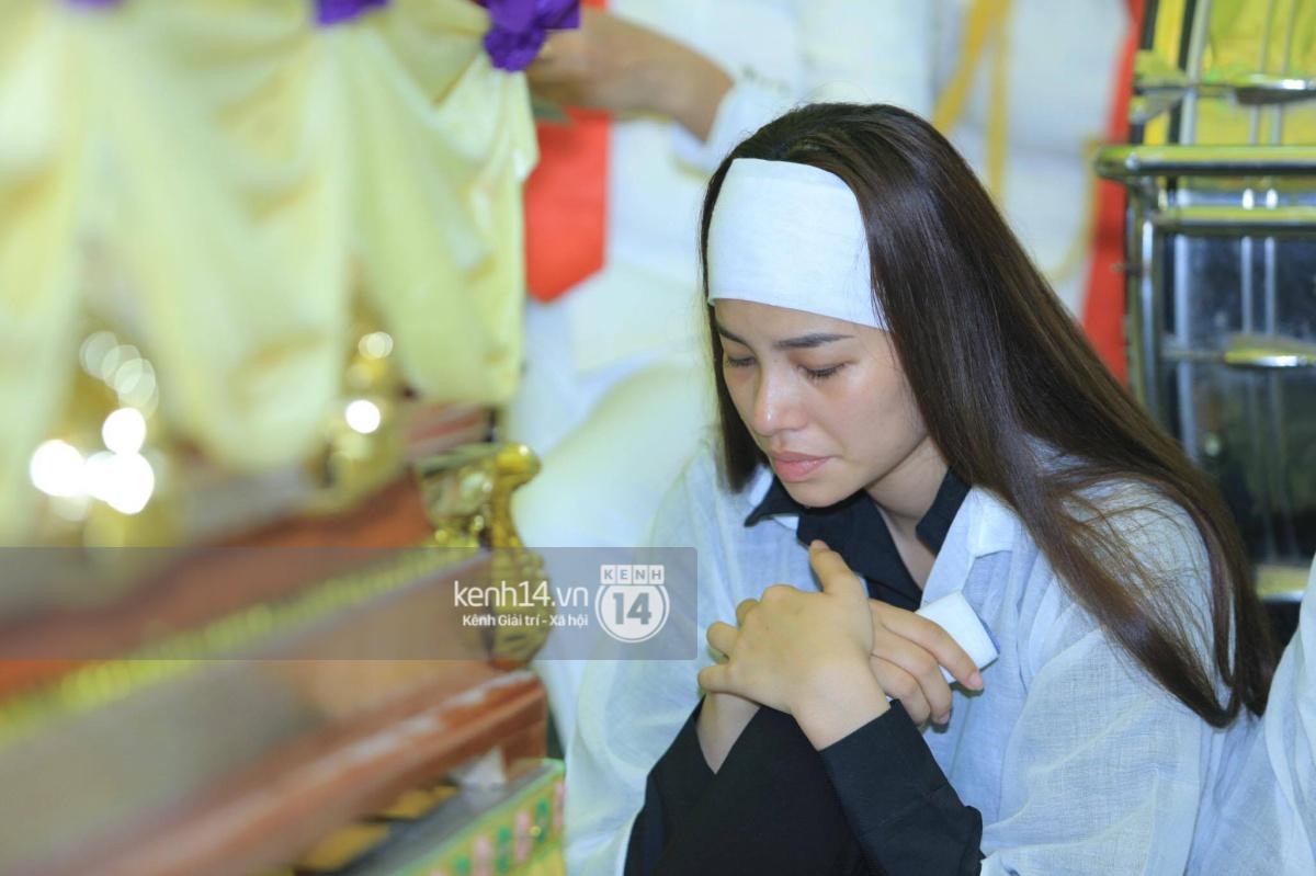 Phạm Hương khóc nấc quỳ bên mộ bố đau đớn nói lời vĩnh biệt - Ảnh 1.