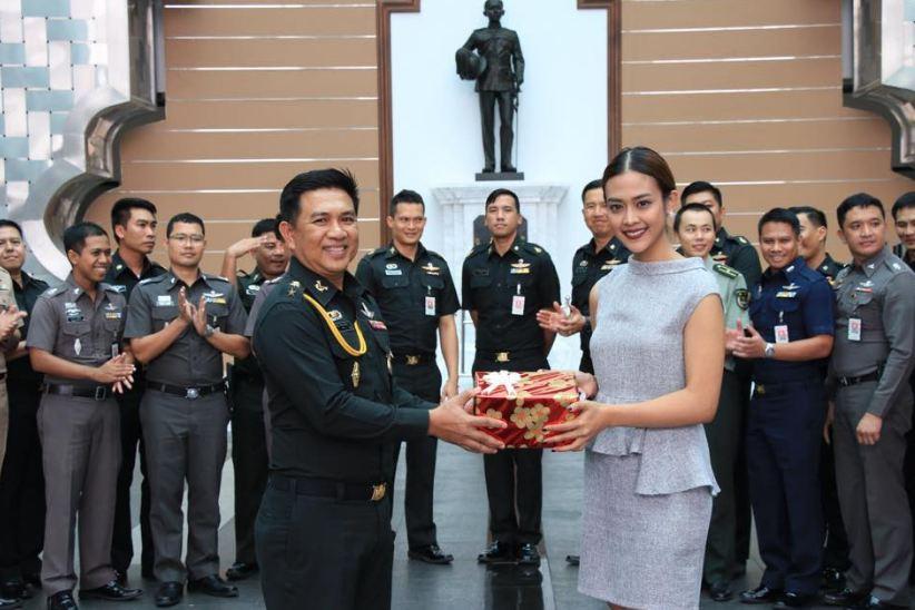 Nữ phóng viên Thái Lan đẹp hút mắt ở SEA Games 29 - Ảnh 7.