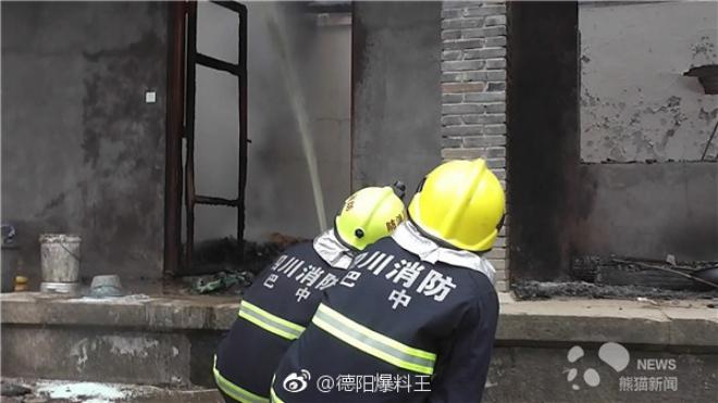 Nhà dân bất ngờ bốc cháy, đội cứu hoả nhanh trí dùng nước bể phốt dập lửa - Ảnh 3.