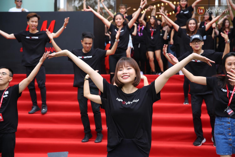 Đội ngũ nhân viên H&M Việt Nam chào sân với tiết mục nhảy tập thể có một không hai trong ngày khai trương - Ảnh 9.