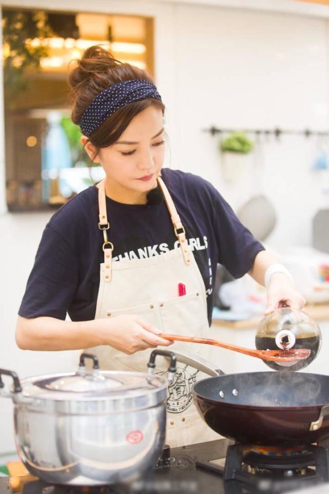 Chẳng cần ăn vận chặt chém, Triệu Vy vẫn gây choáng với BST đồ hiệu hàng khủng trong show thực tế mới - Ảnh 3.