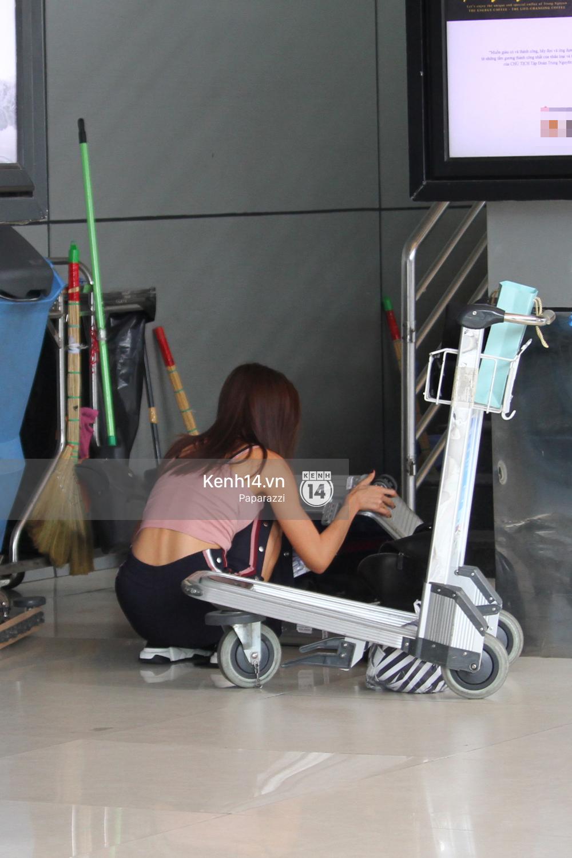 Bắt gặp Minh Tú trốn ở một góc sân bay và loay hoay với vali hành lí của mình - Ảnh 4.