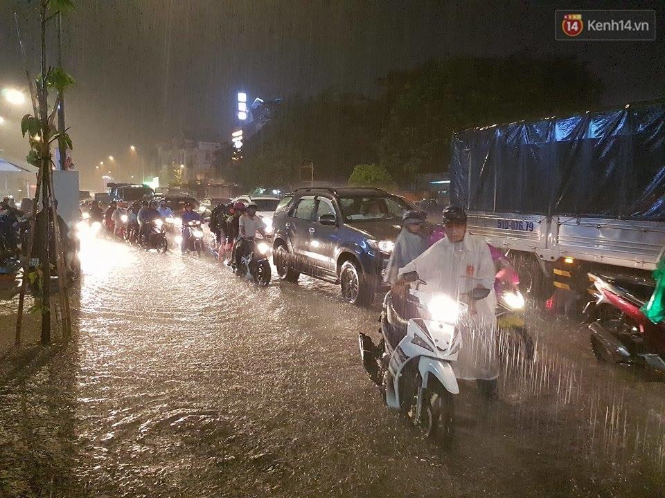 Đường phố Sài Gòn ngập lênh láng sau cơn mưa lớn đêm Trung thu, nhiều phương tiện chết máy giữa biển nước - Ảnh 4.