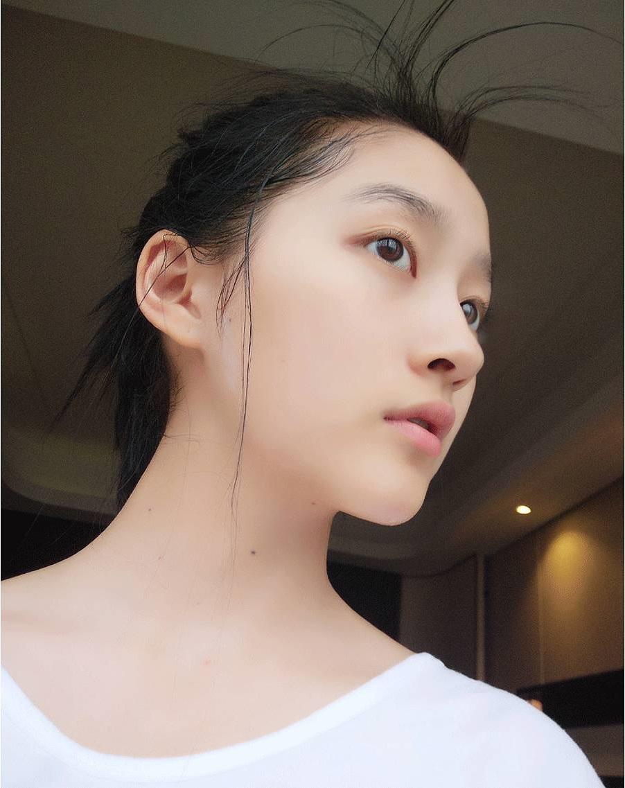 Săm soi bạn gái Luhan Quan Hiểu Đồng, hóa ra cô nàng toàn dùng đồ vài trăm nghìn mà da đẹp không tì vết - Ảnh 4.