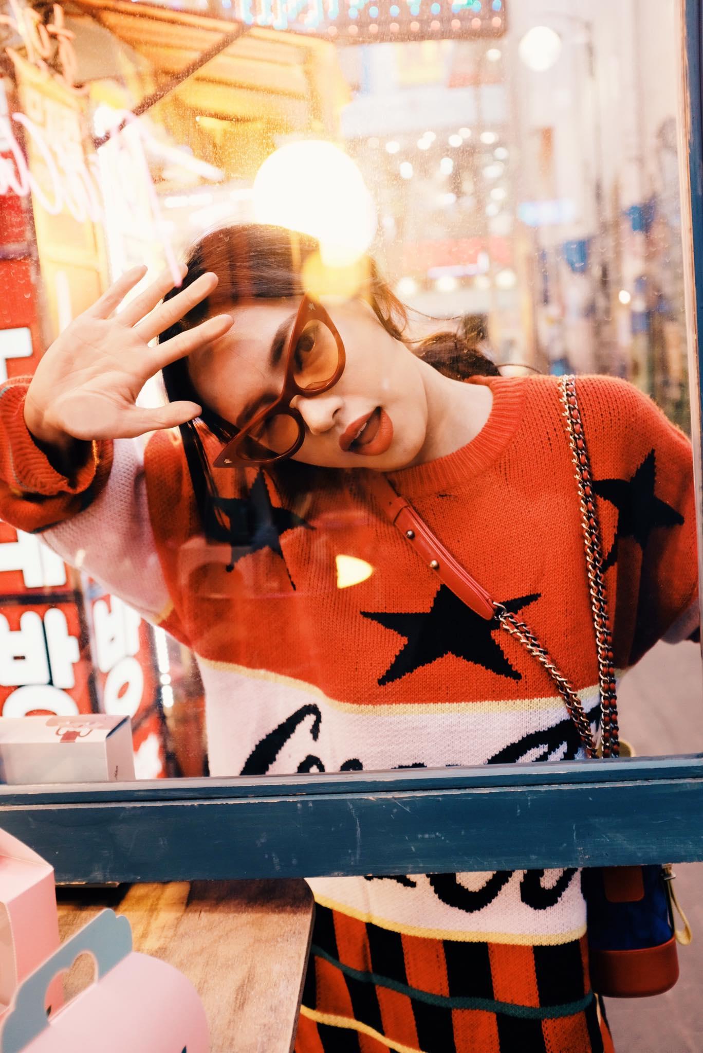 Dù đã đường ai nấy đi, Châu Bùi vẫn diện áo của shop Decao sang tận Seoul khoe street style chất miễn bàn - Ảnh 1.