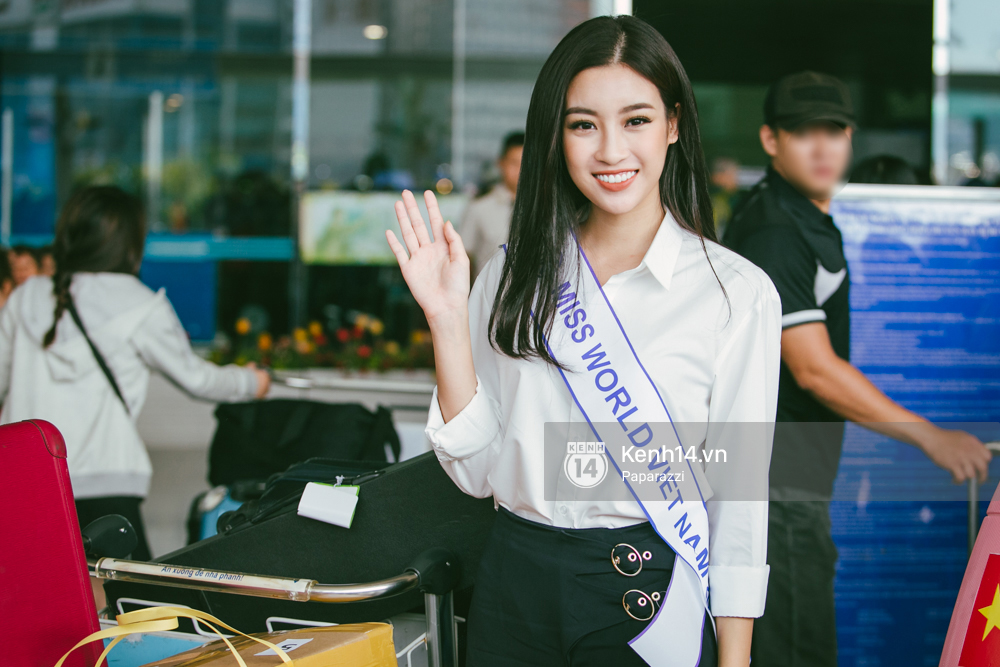 Hoa hậu Mỹ Linh diện trang phục đơn giản, tươi tắn bên mẹ và người hâm mộ tại sân bay Tân Sơn Nhất - Ảnh 4.