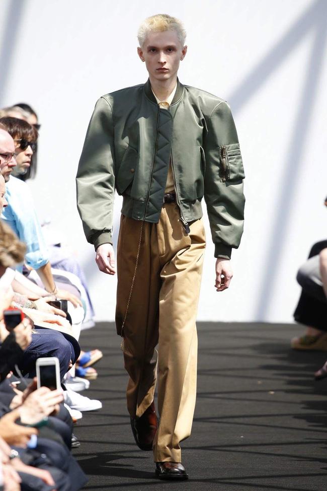 Ngạc nhiên chưa: Quần khaki ống rộng thời của bố mà Sơn Tùng từng mặc đang là hot trend của con gái khắp châu Á - Ảnh 4.