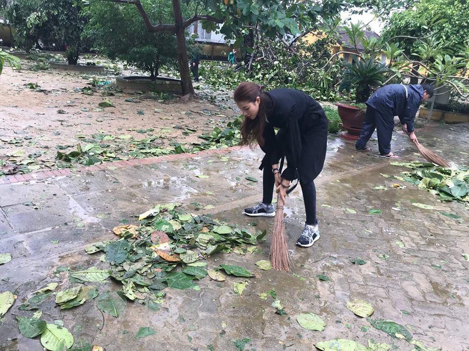 Phạm Hương về miền Trung giữa lúc bão lũ, quét sân phát quà giúp đỡ đồng bào - Ảnh 5.