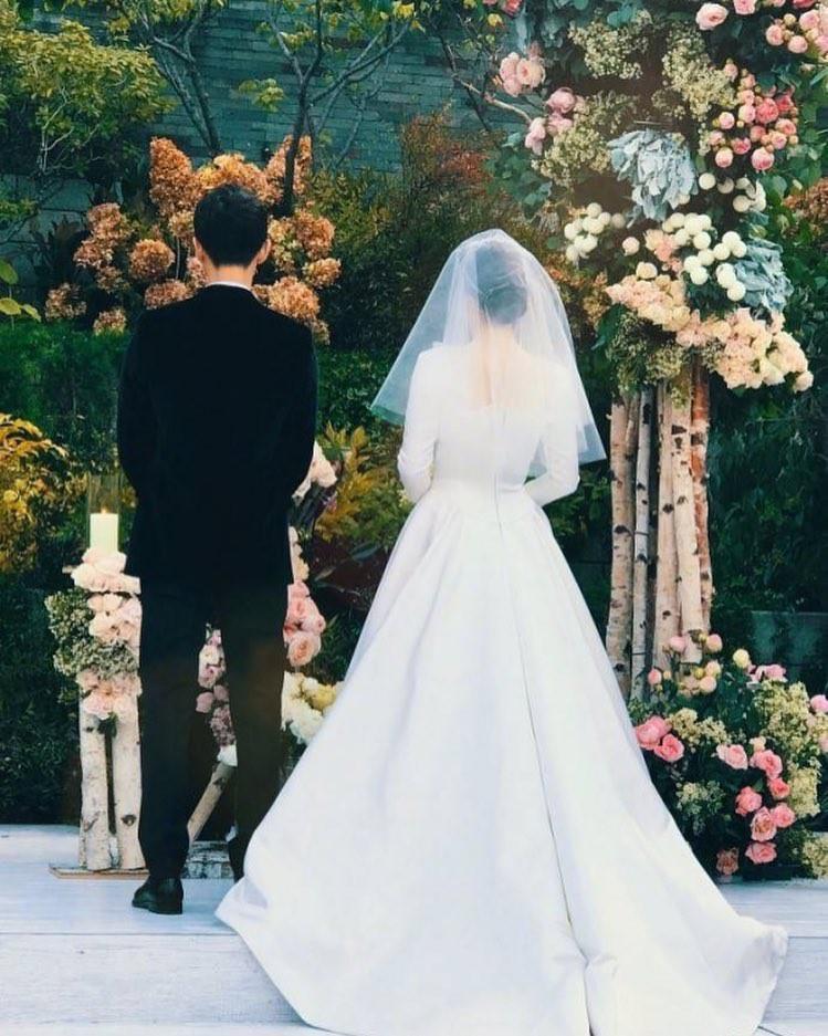 Nhà mốt Dior hé lộ những bức hình hiếm có về quá trình tạo nên chiếc váy cưới độc nhất vô nhị cho Song Hye Kyo - Ảnh 4.