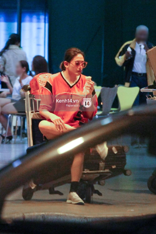 Đáp chuyến bay muộn về Việt Nam, Hoàng Yến trốn một góc vô tư ngồi ăn kem - Ảnh 7.