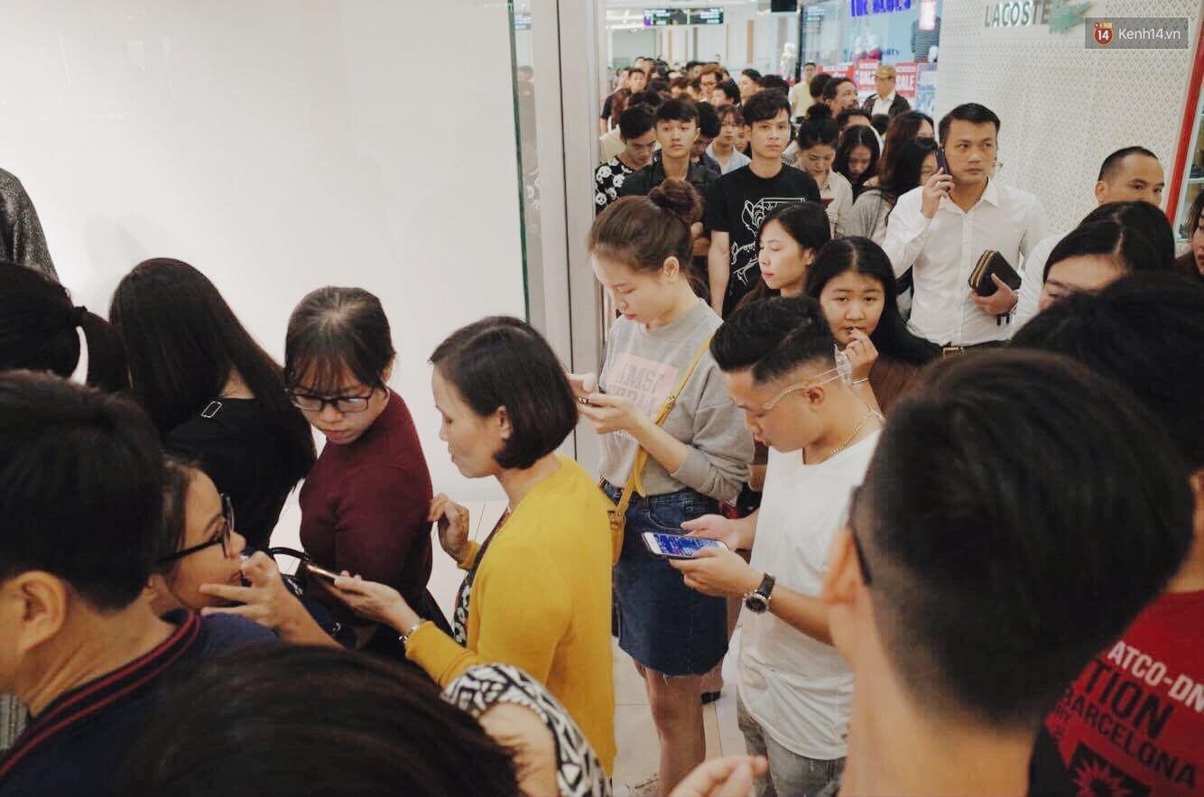 Sau ngày khai trương, store H&M Hà Nội bớt đông đúc nhưng khách vẫn xếp hàng dài chờ vào mua sắm - Ảnh 5.