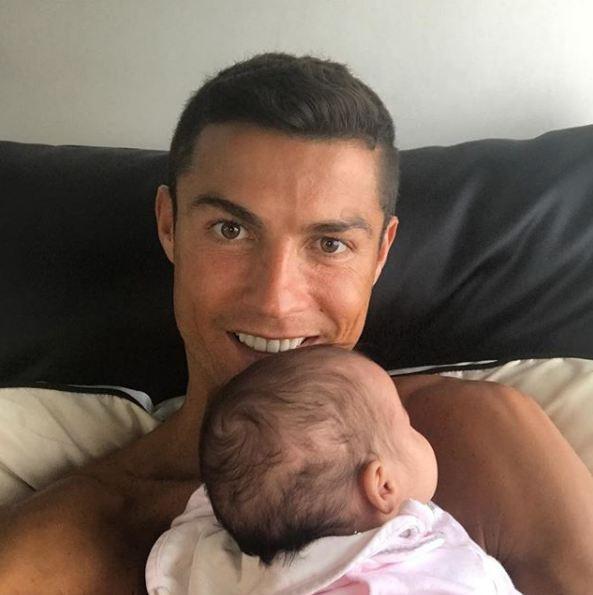 Những khoảnh khắc ngọt ngào của Ronaldo bên các con - Ảnh 6.