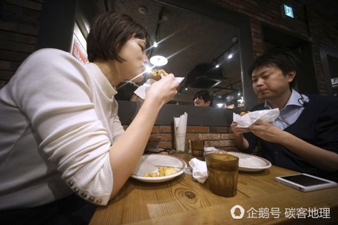 Tương tự hiện tượng bún chả Obama ở Việt Nam, người Nhật đang nô nức xếp hàng đi ăn burger Tổng thống Trump - Ảnh 6.
