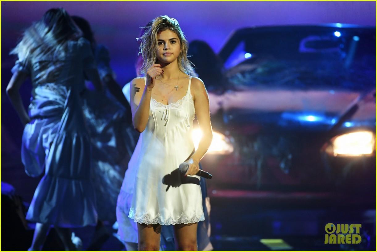 Clip: Lần đầu vàng hoe trên sân khấu nhưng Selena Gomez kém lung linh hẳn vì tóc bết - Ảnh 5.