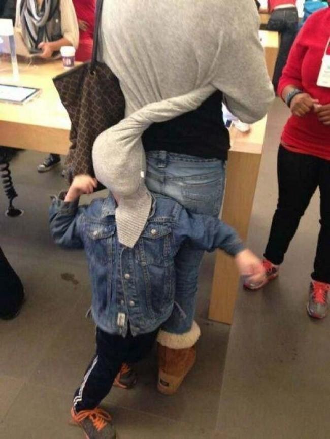 Nỗi khổ tâm của những ông bố, bà mẹ phải cho con đi shopping cùng - Ảnh 7.
