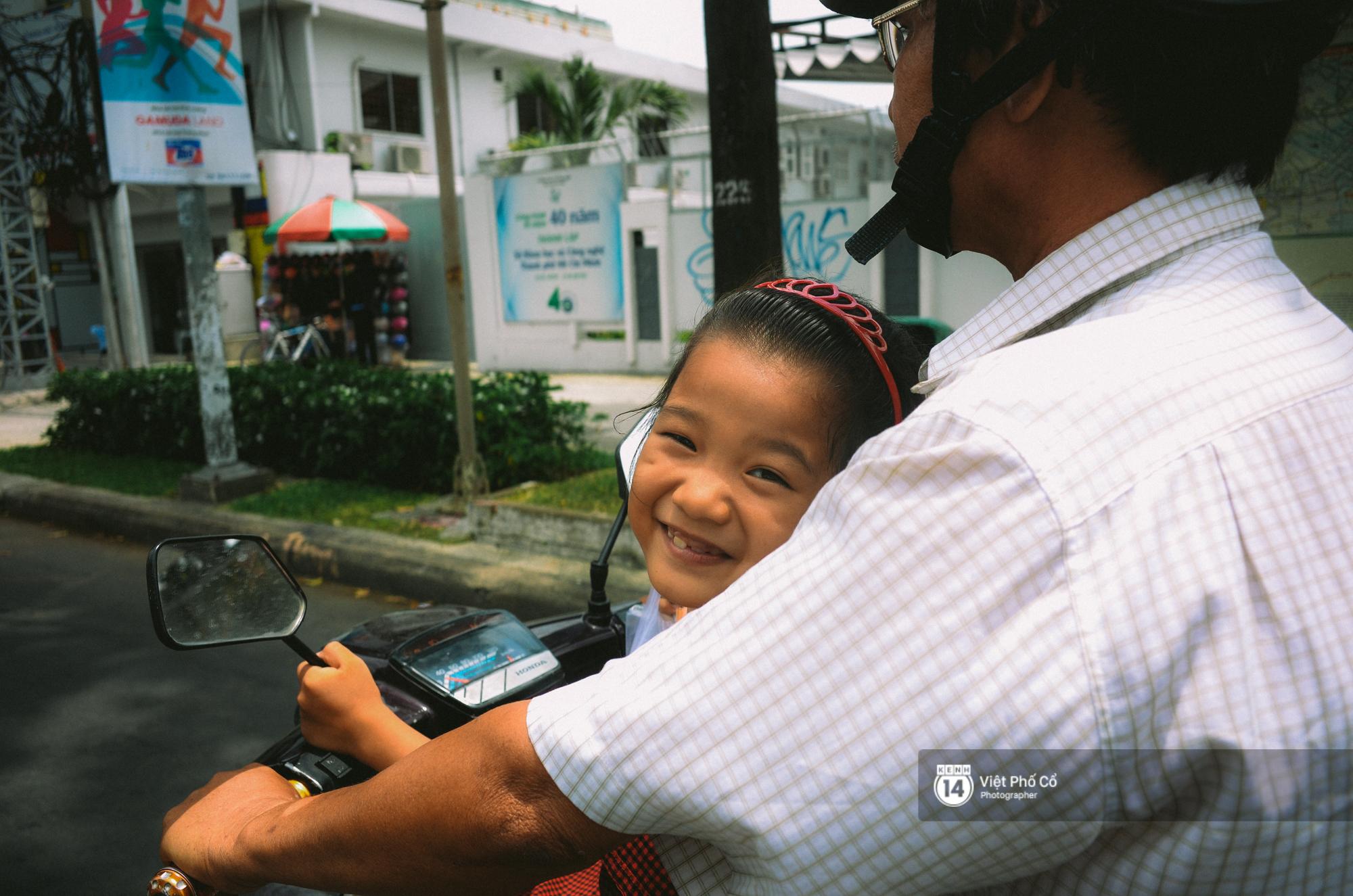 Gia đình vé số Sài Gòn: Ba mẹ ăn chuối luộc thay cơm, hai con gái không biết đến thịt cá - Ảnh 2.