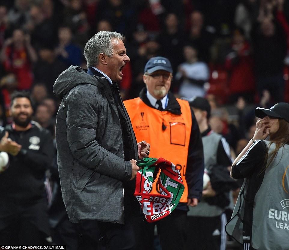 Mourinho ăn mừng như muốn khóc vì tấm vé chung kết - Ảnh 7.